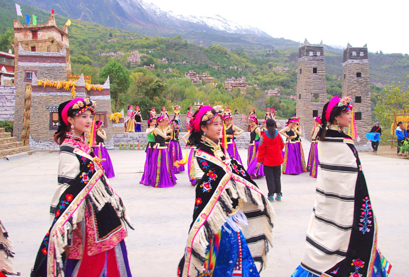 Danba Beauties are Performing with unique Jiarong Tibetan Costume
